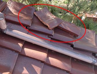川崎市多摩区の屋根リフォームで瓦の割れや棟の漆喰の劣化を確認