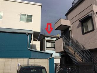 湘南藤沢市老朽化した建物の雨樋破損と漆喰剥がれを調査