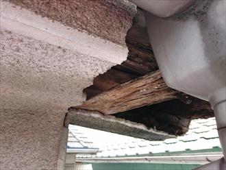 横浜市鶴見区で剥がれた破風板の原因は何でしょうか?