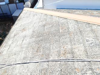 横浜市港北区 屋根カバー工法前の調査 塗膜が剥がれて白っぽくなっている