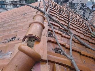 横浜市南区で枝で押されて崩れた棟瓦を積み直します