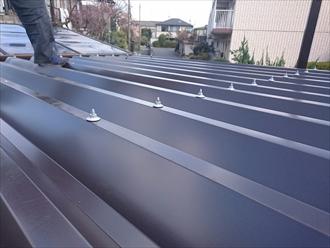横浜市栄区で倉庫を折板屋根でカバー工事しています