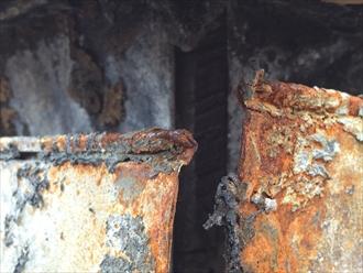 焼け爛れた軒樋拡大