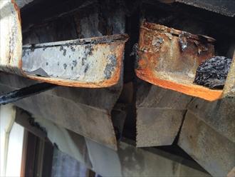 焼け爛れた軒樋
