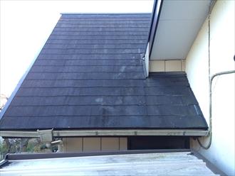 雨漏りしている急勾配屋根
