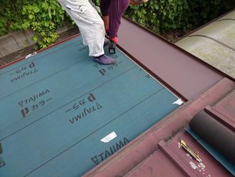 防水紙と屋根材の設置
