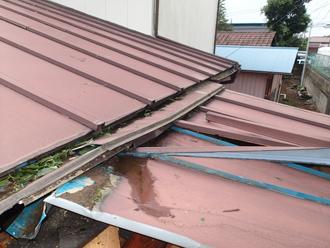 屋根材がバタバタしている