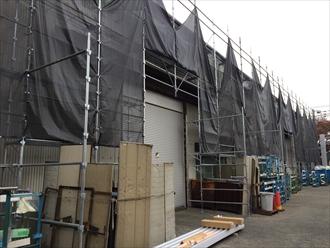 横浜市鶴見区工場屋根の小波スレートカバー工事が始まりました