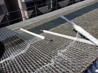 横浜市鶴見区工場屋根の小波スレートカバー工事をしています