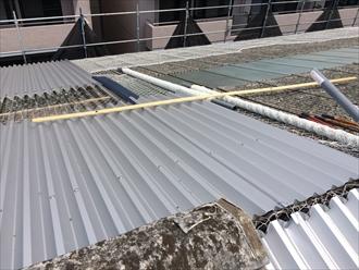 横浜市鶴見区工場屋根の小波スレートカバー工事をしています②