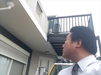 横浜市都筑区雨漏りの被害確認のためバルコニー上裏を開けます