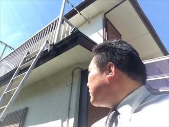 横浜市磯子区メンテナンスが必要な雨樋の破損と下屋の不具合