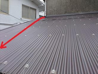 屋根の上を流れる雨水