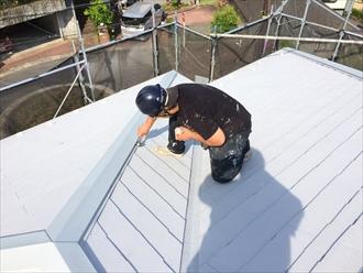 横浜市都筑区屋根塗装でタスペーサー差込みと棟板金の補強