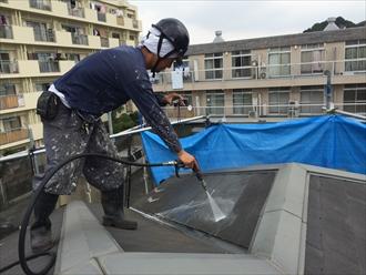 化粧スレート屋根高圧洗浄中①