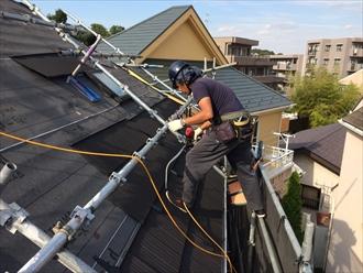 急勾配でもお任せ下さい!細かく体勢を変えて屋根カバー工事|横浜市神奈川区