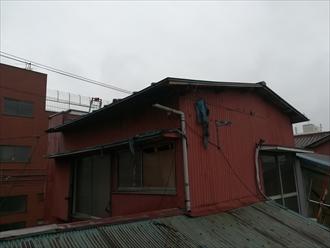 古いトタン屋根