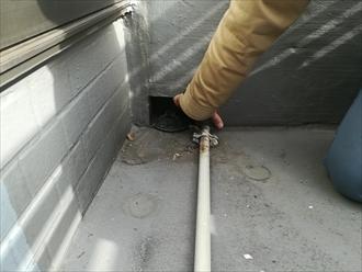 排水口まわり(奥の上部に穴)