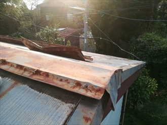 葉山町 台風で屋根の棟板金が飛散し、落下