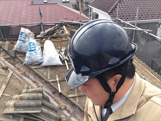セメント瓦の葺き替え工事で野地板と防水紙を張っていきます|横浜市南区