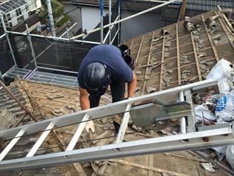 セメント瓦の葺き替え工事で瓦を降ろして分かる木材の傷み|横浜市南区