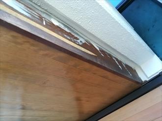 塗装が剥がれ、劣化している破風板
