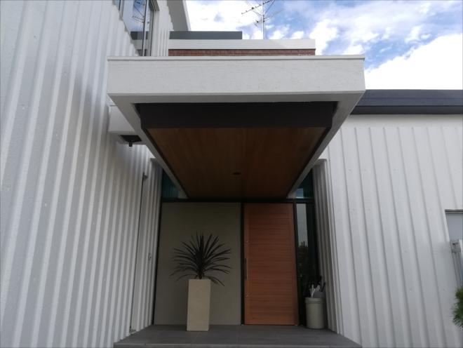 玄関前破風板板金カバー工法完成
