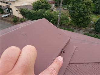 近くで工事をしていると言う業者さんに言われた棟板金の浮きを調査しました|横浜市泉区
