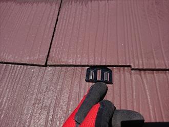 横浜市泉区でスレート屋根塗装、雨漏りを防ぐためにも縁切り(えんきり)は必須の工程です