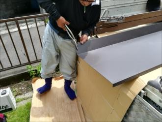 横浜市保土ヶ谷区で雨漏り補修、出窓霧除け部分を板金(ガルバリウム鋼板)でカバーいたします