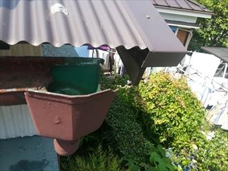 横浜市中区で雨樋点検・50年程前から使用の軒樋半月、劣化状況を確認します