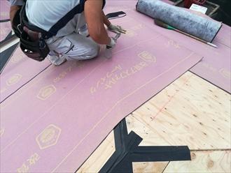 横浜市泉区でコロニアルによる屋根葺き替え工事、野地板、防水紙の下葺きまでの工程です