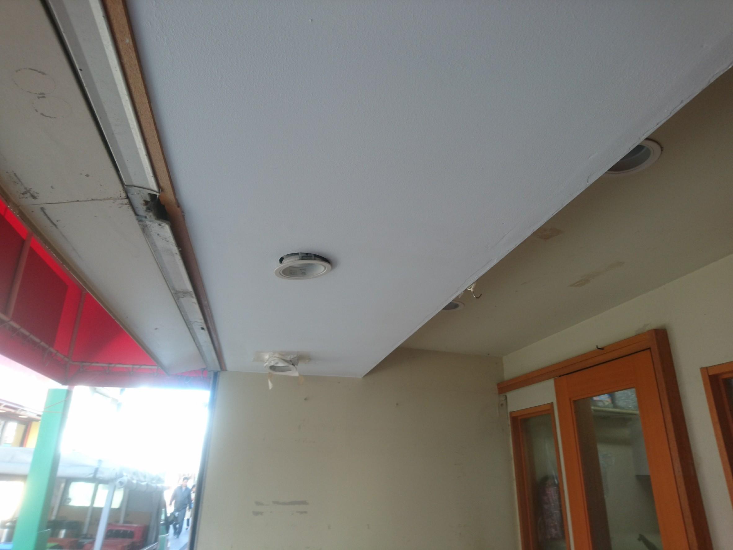 横浜市磯子区にて飲食店入口の雨漏り被害をコーキング補修と天井張替・塗装で改善