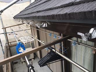 雨樋の吊り金具設置