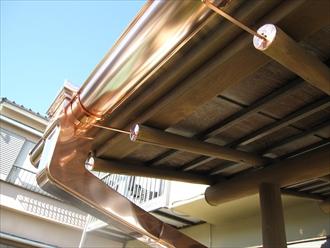 横浜市港南区で銅製雨樋の破損を調査、銅製や金属製の雨樋もお任せ下さい4