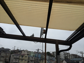 横浜市西区で屋根調査、台風の時期はベランダやバルコニーの屋根が飛ばされます