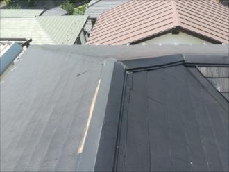 横浜市保土ヶ谷区で屋根調査、スレートの一部の破損と棟板金の劣化が気になります