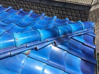 横浜市栄区で棟瓦の調査、銅線が切れると瓦の倒壊や落下する危険性あり