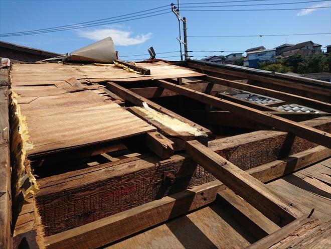 横浜市旭区にて台風により屋根材が飛散し室内から空が見えるお宅を調査