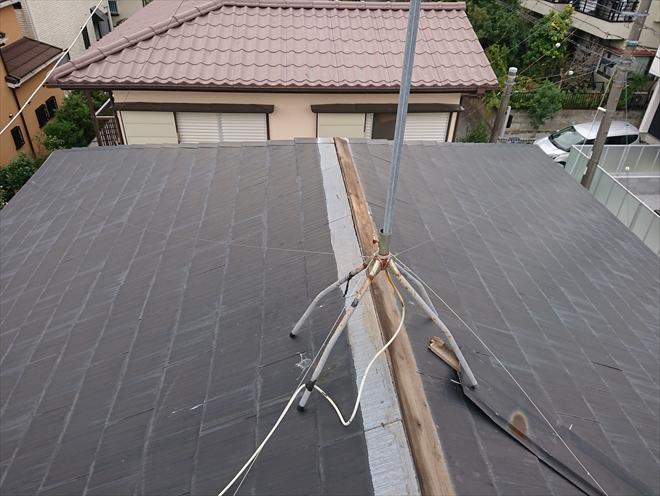 横浜市旭区で棟板金への台風被害、剥がれかけた一部が屋根に残っている事もあるので注意が必要です