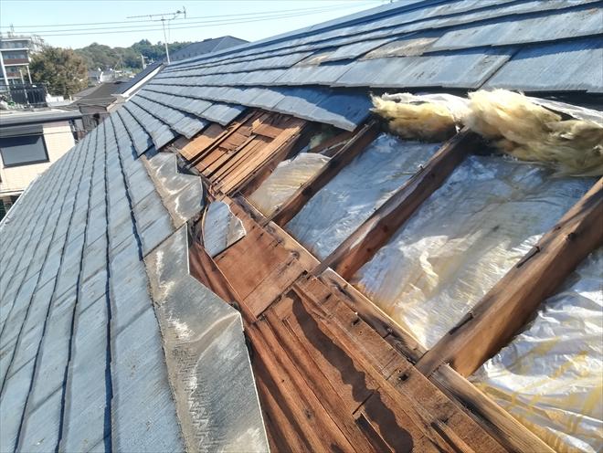 横浜市港北区にてスレート屋根の剥がれを調査、一部で下地と断熱材が露出しています