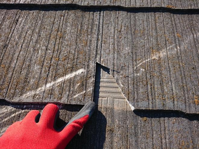 横浜市保土ヶ谷区にてアンテナが倒れ、破損したスレート屋根を調査