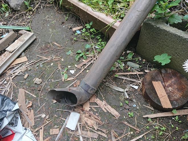 横浜市港北区にて雨樋が台風で外れて庭先に落ちていました