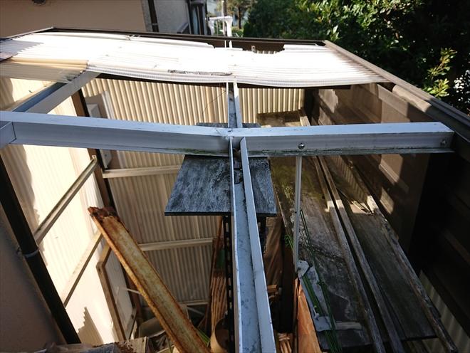 横浜市港南区にて台風により壁伝いにある物置の屋根が飛散