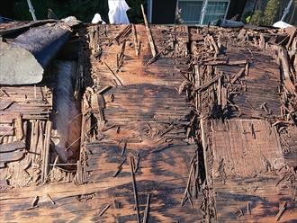横浜市旭区の屋根葺き替え工事の現場より、湿気や結露で傷んでしまった野地板の様子