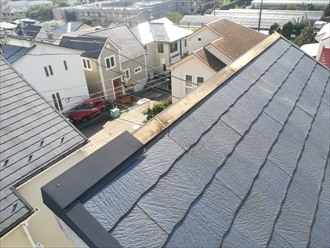 横浜市青葉区にて片流れの屋根の棟板金が飛散し、点検しました