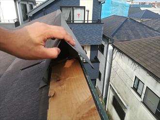 横浜市中区にて棟板金が飛散した片流れ屋根の調査
