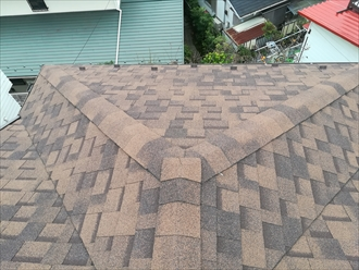 横浜市磯子区にてアスファルトシングル屋根の剥がれを調査