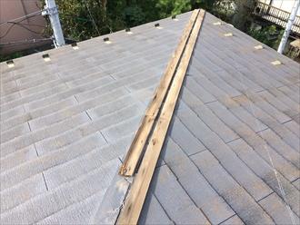 横浜市中区の屋根調査、棟板金の飛散で屋根に上がるとコロニアルの傷みも確認1