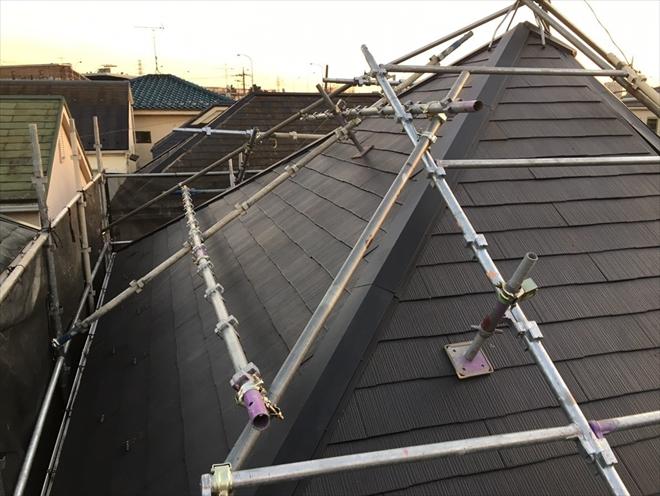 川崎市高津区北見方で棟板金交換工事、急勾配の屋根には屋根用足場が必須です